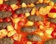 פיני מכין מחבת קבבים ותפוחי אדמה