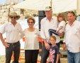 אי אפשר להשלים עם המצב. אריאל עם משפחתו לצד שטראוס, צילום: RITVO PHOTOGRAPHY באדיבות אוצרות הגליל